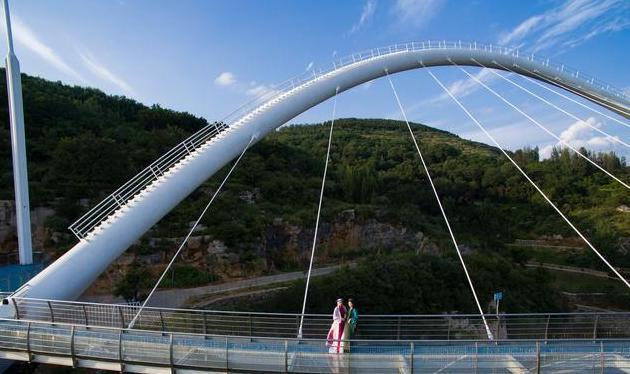 站在这处玻璃桥上,有一种飞翔的跳跃感,还有一种尿感