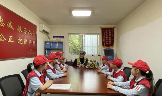 8名学生采访微笑护学交警孙巍,写下了这样的感言