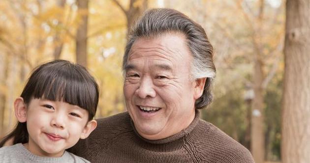 瘦弱年迈的爷爷躺在病床上,我的眼泪在眼眶中打转,涩涩苦苦的