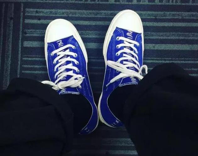 当你买了新鞋你一定希望别人这么配合(穿上新球鞋的)你演出的!