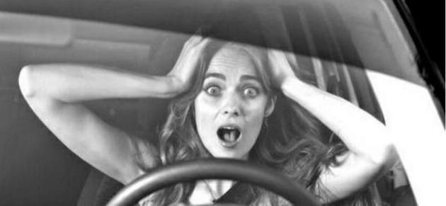 瞧瞧人家国外女司机,开车就是霸气,女司机同志们学着点!